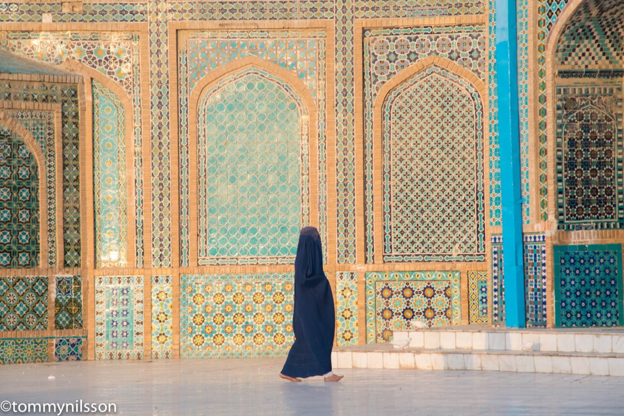 woman-outside-alis-tomb-mazar-e-sharif